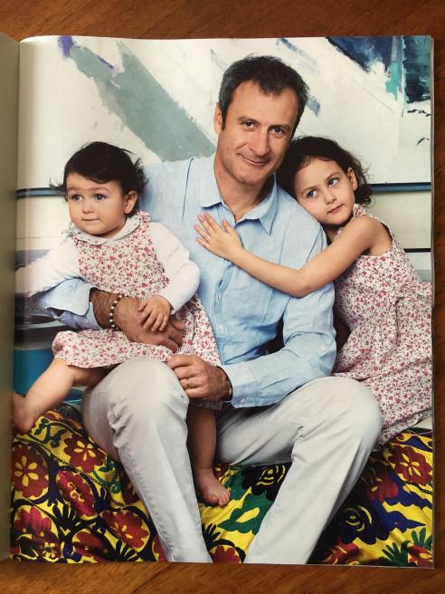 Federico Bonadeo, creatore del Museo del Design di Milano ritratto con le figlie per Gentleman Magazine
